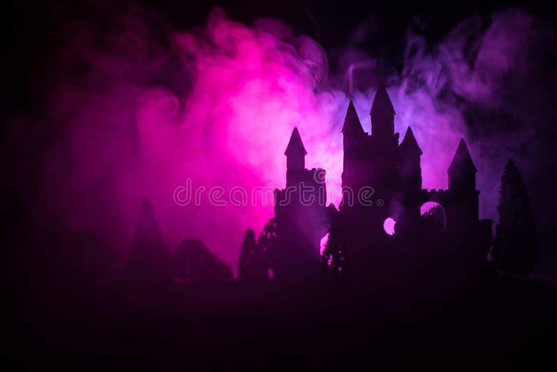 Geheimzinnig middeleeuws kasteel in een nevelige volle maan Verlaten gotisch stijl oud kasteel bij nacht royalty-vrije stock afbeeldingen