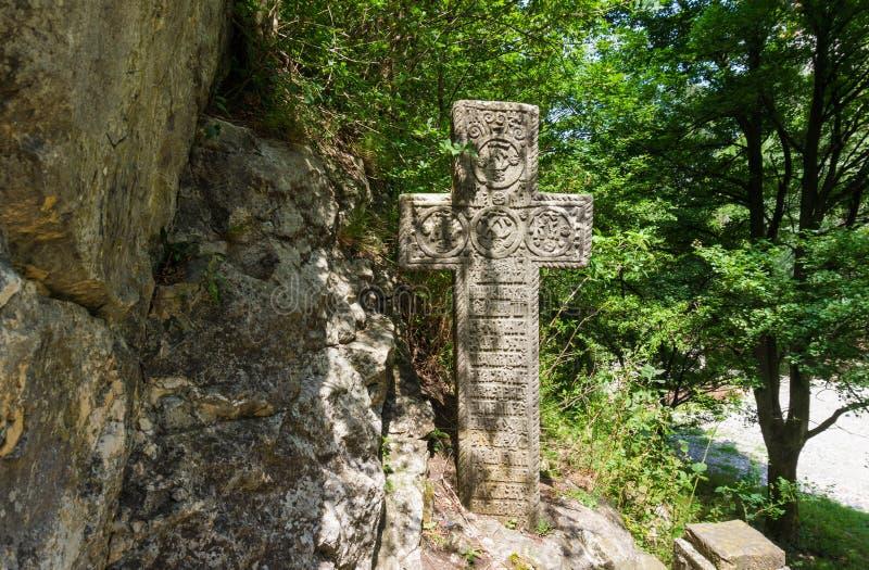 Geheimzinnig oud steenkruis met runen- symbolen Oriëntatiepunten van Zemelenkasteel, Roemenië stock foto