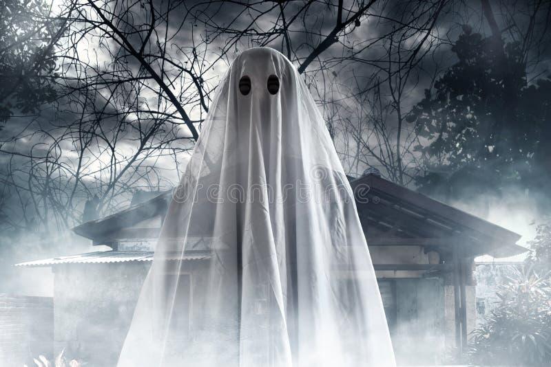 Geheimzinnig spook op spookhuis stock afbeelding