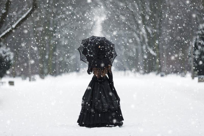Geheimzinnige eenzame vrouw in Victoriaanse kleding royalty-vrije stock fotografie