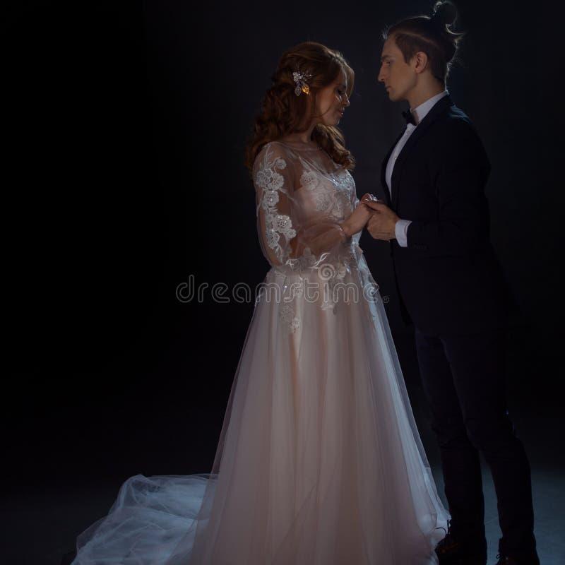 Geheimzinnige en romantische vergadering, de bruid en de bruidegom Omhelzingen samen royalty-vrije stock afbeeldingen
