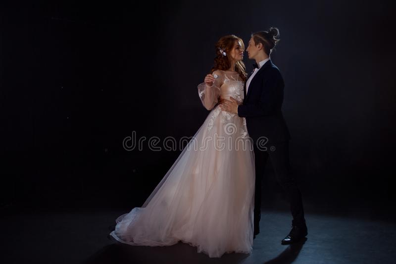 Geheimzinnige en romantische vergadering, de bruid en de bruidegom stock foto's