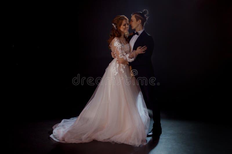 Geheimzinnige en romantische vergadering, de bruid en de bruidegom stock afbeeldingen