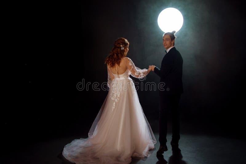 Geheimzinnige en romantische vergadering, de bruid en de bruidegom stock foto