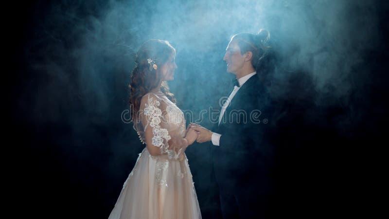 Geheimzinnige en romantische vergadering, de bruid en de bruidegom royalty-vrije stock foto's
