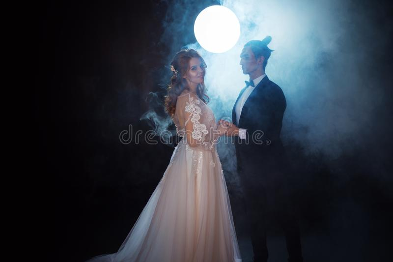 Geheimzinnige en romantische vergadering, de bruid en de bruidegom stock afbeelding