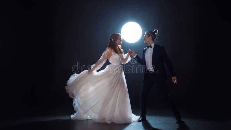 Geheimzinnige en romantische vergadering, de bruid en de bruidegom onder de maan Omhelzingen samen royalty-vrije stock afbeelding