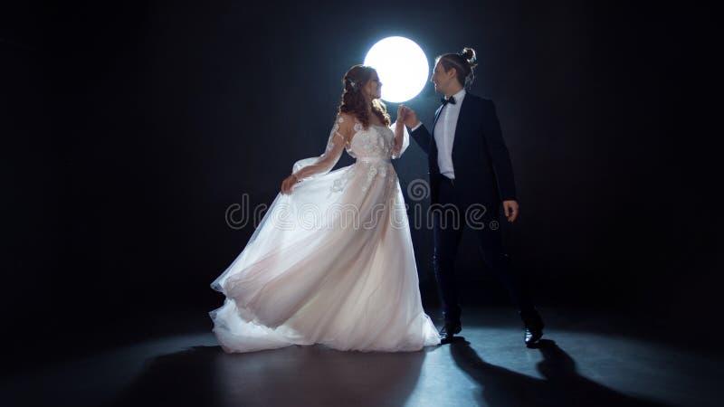 Geheimzinnige en romantische vergadering, de bruid en de bruidegom onder de maan Omhelzingen samen royalty-vrije stock afbeeldingen