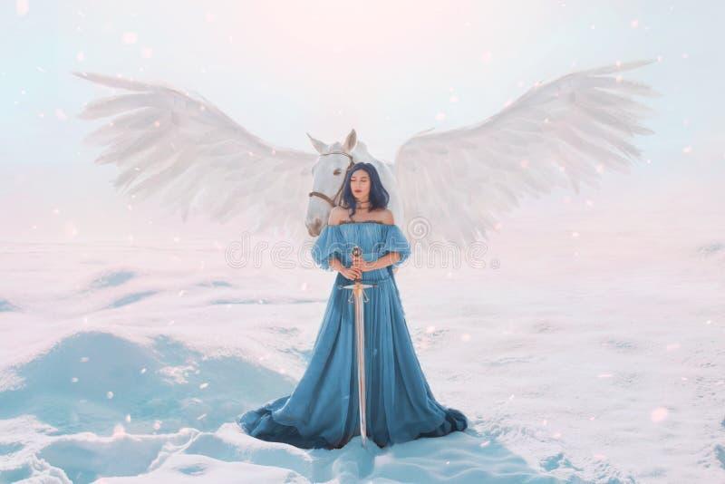 Geheimzinnige godin van vrede en rechtvaardigheid van hemel dichtbij magische fee witte pegasus met sterke vleugels, dame met keu stock afbeeldingen