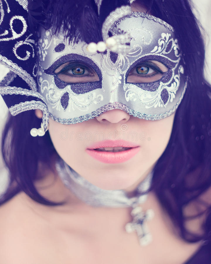 Geheimzinnige jonge vrouw in Carnaval-masker stock fotografie