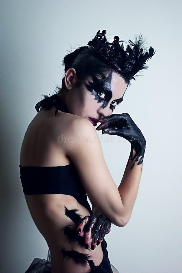 Geheimzinnige jonge vrouw die de zwarte zwaan spelen royalty-vrije stock afbeelding