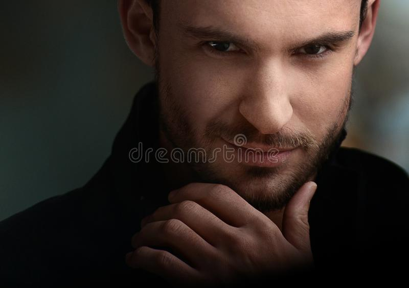 Geheimzinnige knappe mens met stiekeme blik stock afbeelding