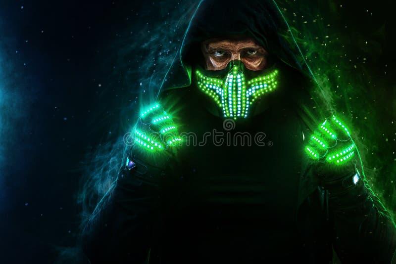 Geheimzinnige mens in zwarte slijtage, neonmasker en handschoenen Karakterpredikant of tovenaar in robe van de toekomst Moordenaa stock afbeeldingen