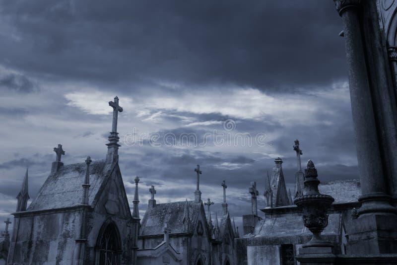 Geheimzinnige oude Europese begraafplaats stock afbeelding
