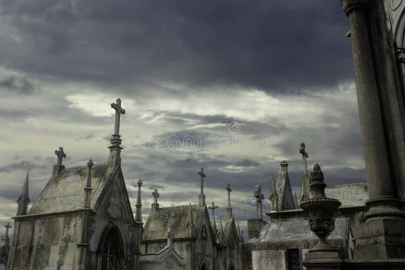 Geheimzinnige oude Europese begraafplaats stock afbeeldingen