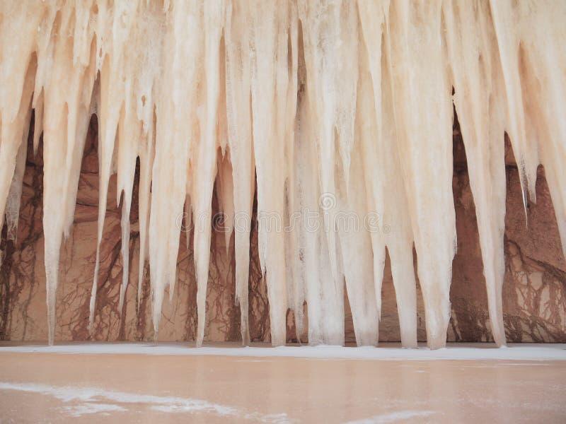 Geheimzinnige reuzeijskegels in het zandige hol dichtbij het bevroren de wintermeer stock fotografie