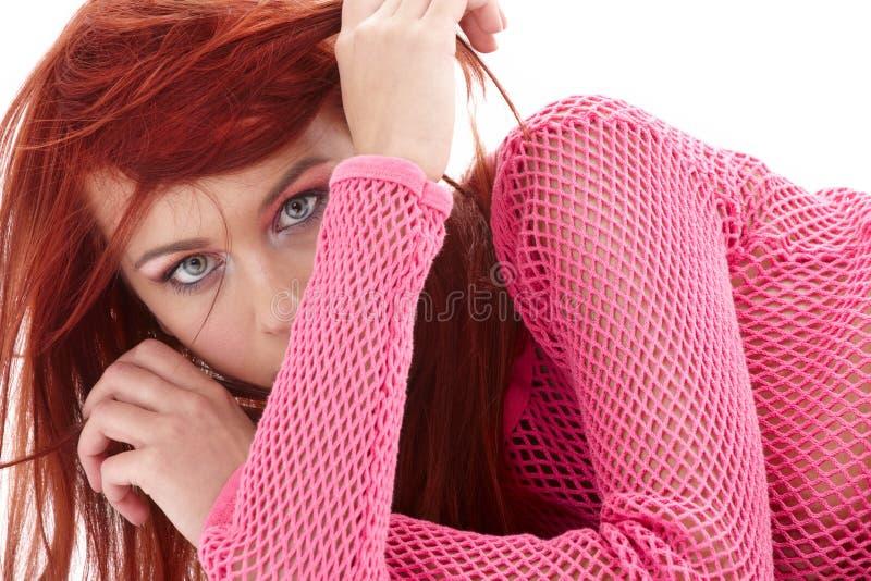 Geheimzinnige roodharige in roze visnet royalty-vrije stock afbeeldingen