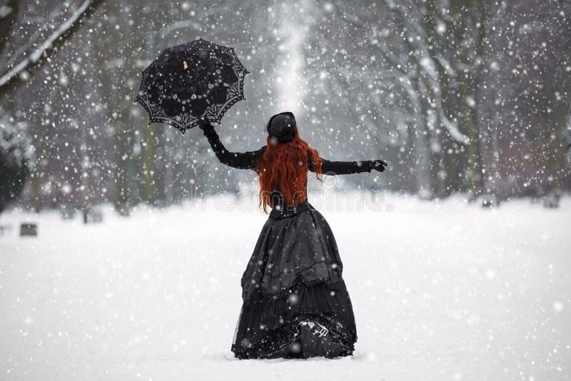 Geheimzinnige roodharige vrouw in Victoriaanse kleding royalty-vrije stock foto's