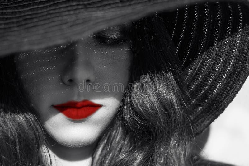 Geheimzinnige sexy vrouw in zwarte hoed Rode Lippen stock afbeelding