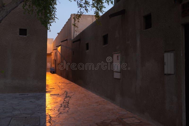 Geheimzinnige straat bij schemer, Doubai stock afbeelding