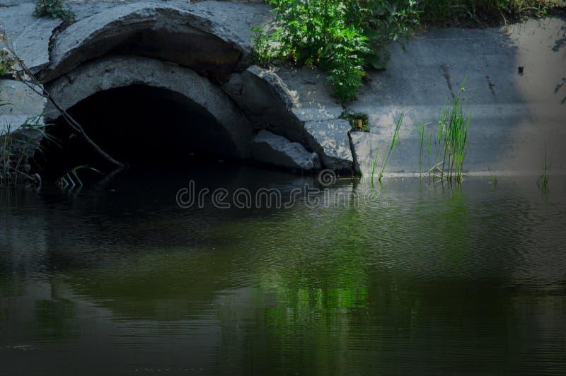 Geheimzinnige tunnel die de rivier overzien stock afbeeldingen