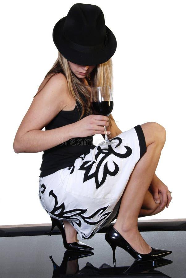 Geheimzinnige vrouw met wijn stock afbeelding