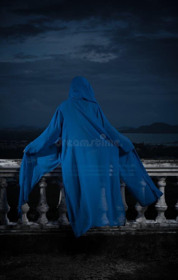 Geheimzinnige vrouw over bewolkte hemel en cityscape stock afbeeldingen