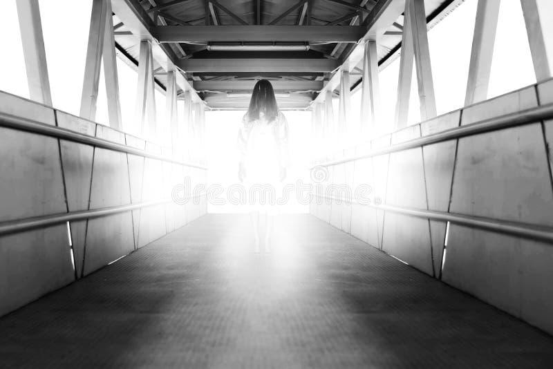 Geheimzinnige Vrouw, Verschrikkingsscène van eng spook womanonvskywalk stock foto