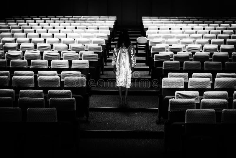 Geheimzinnige Vrouw, Verschrikkingsscène van enge spookvrouw in seminarie r stock foto's