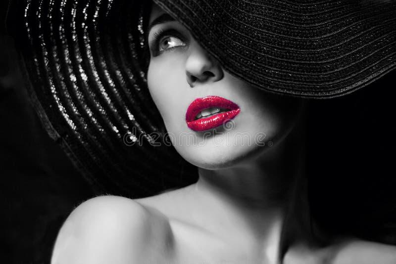 Geheimzinnige vrouw in zwarte hoed royalty-vrije stock fotografie