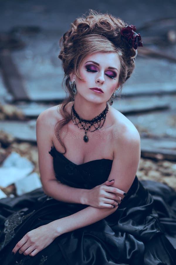 Geheimzinnige vrouw in zwarte kleding royalty-vrije stock foto's