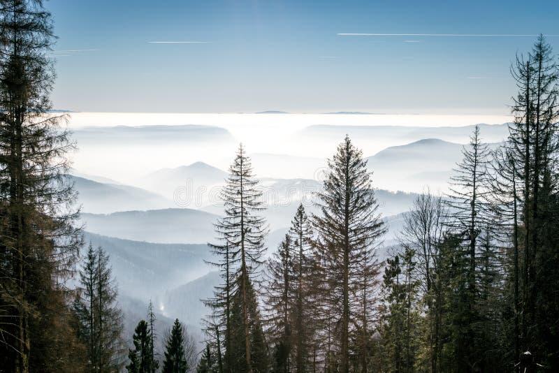 Geheimzinnigheid bergen in de winter royalty-vrije stock foto