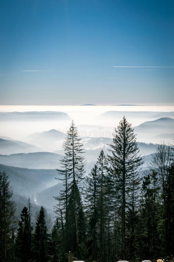 Geheimzinnigheid bergen in de winter royalty-vrije stock fotografie