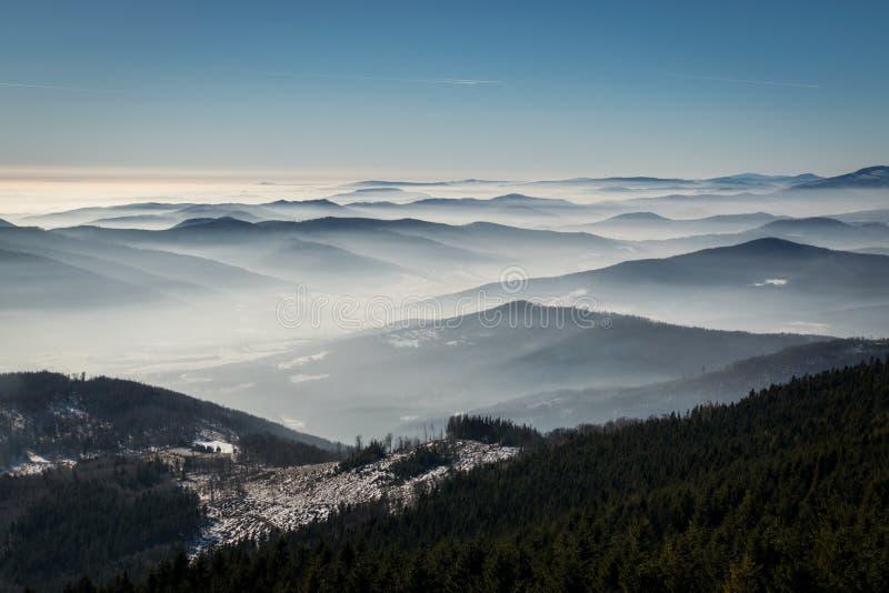 Geheimzinnigheid de winterbergen royalty-vrije stock afbeelding