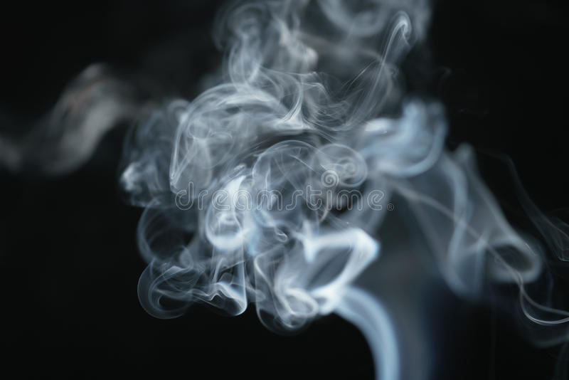 Geheimzinnigheid dichte blauwe rook over donkere achtergrond stock foto