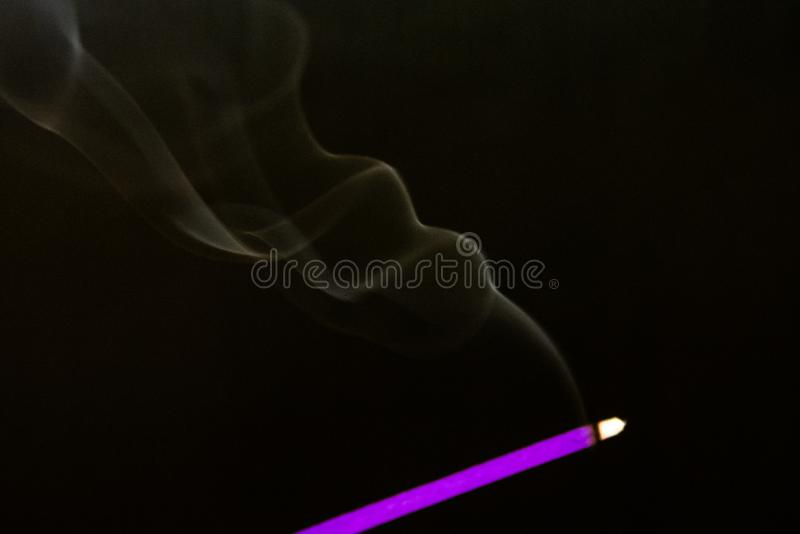Geheimzinnigheid dichte blauwe rook over donkere achtergrond, abstracte foto royalty-vrije stock fotografie