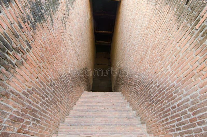 Geheimzinnigheid gangpassage met bakstenen muur aan beide kanten stock foto's