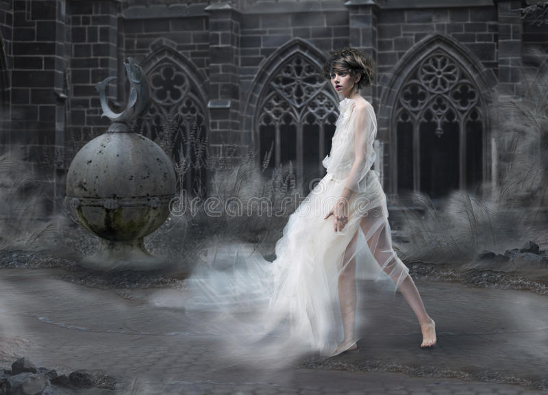 Geheimzinnigheid. Het magische Silhouet van de Vrouw in Oud Rokerig Kasteel. Oude Toneel van de mysticus stock foto