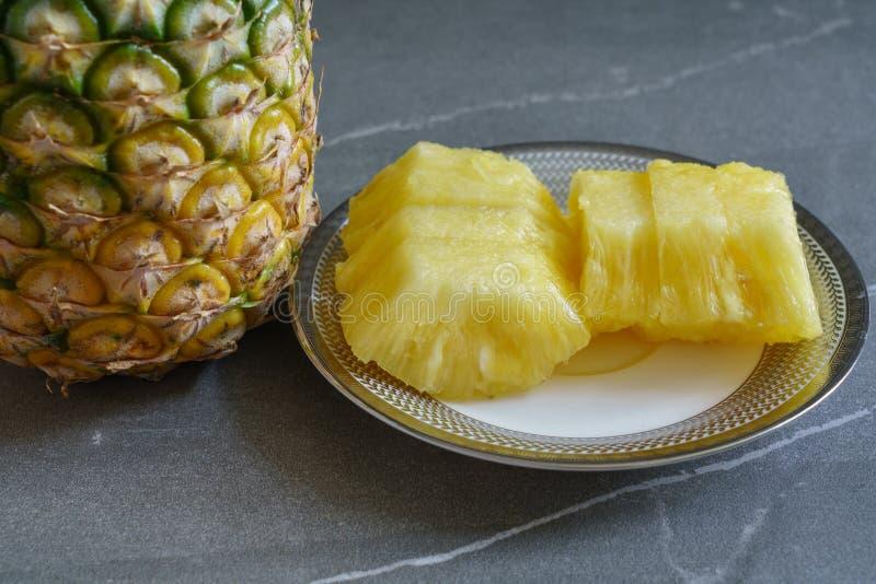 Gehele ananas en stukken van ananas stock foto's