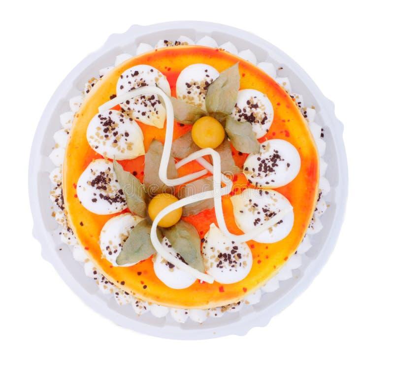 Gehele cake die met verse vruchten wordt verfraaid stock foto's