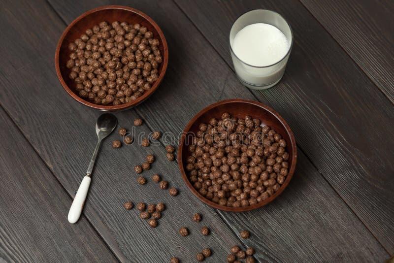 Gehele de Chocoladeballen van het korrelontbijt met melk royalty-vrije stock foto