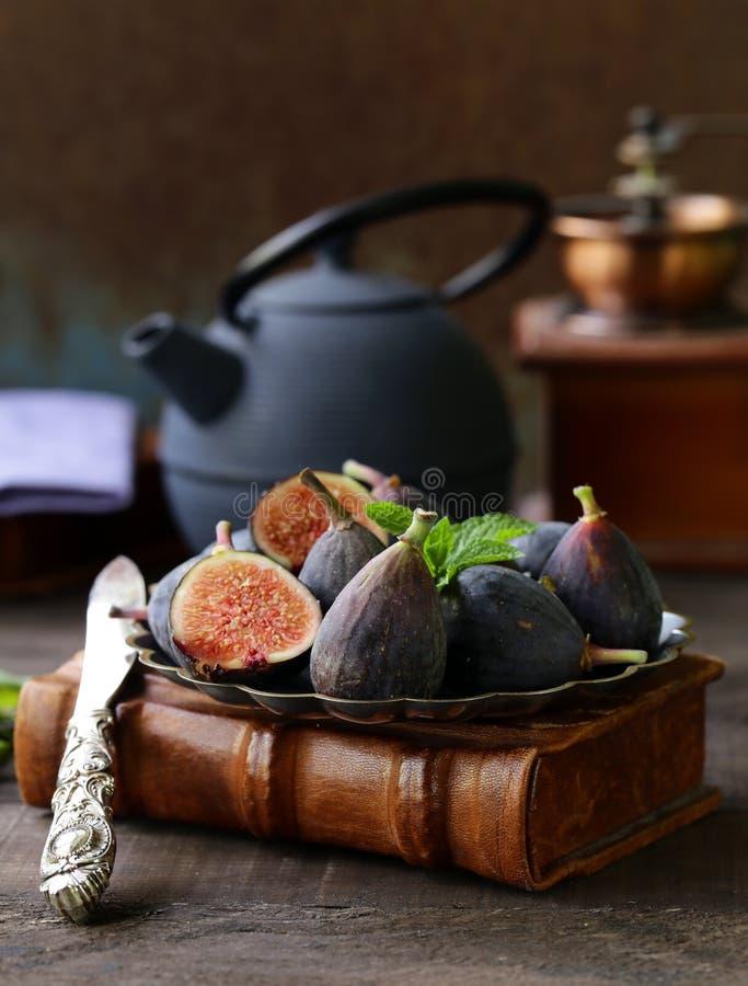 Gehele en gesneden fig stock afbeeldingen