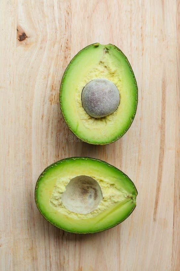 Gehele en halve avocado stock foto's