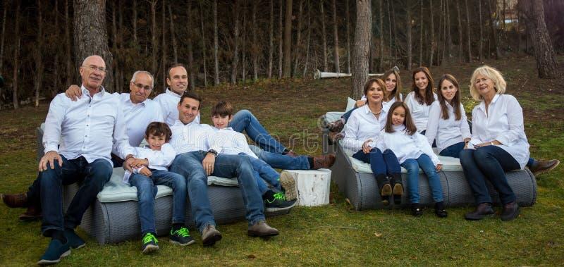 Gehele familie die een partij vieren royalty-vrije stock afbeeldingen