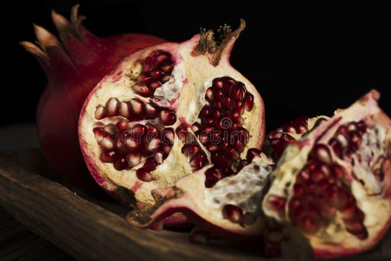 Gehele fruitgranaatappel en korrels stock afbeeldingen