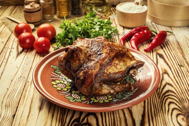 Gehele geroosterde kip, geroosterde gehele kip met knapperige gouden stock afbeelding