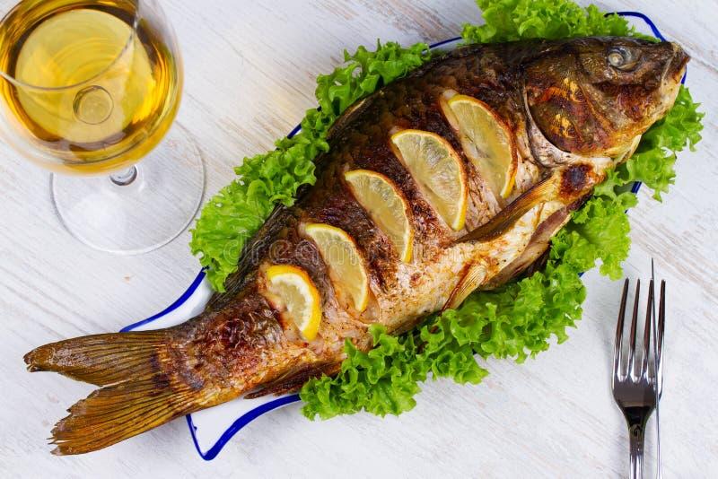 Gehele geroosterde vissenkarper stock afbeelding