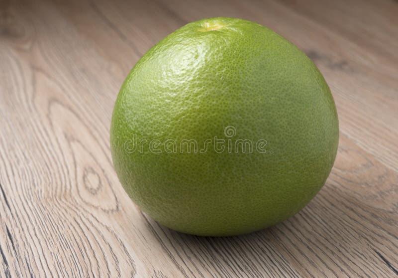 Gehele Groene Schat op houten achtergrond stock foto's