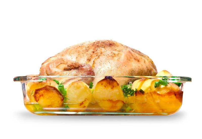 Gehele kip die met aardappels wordt gebakken royalty-vrije stock fotografie