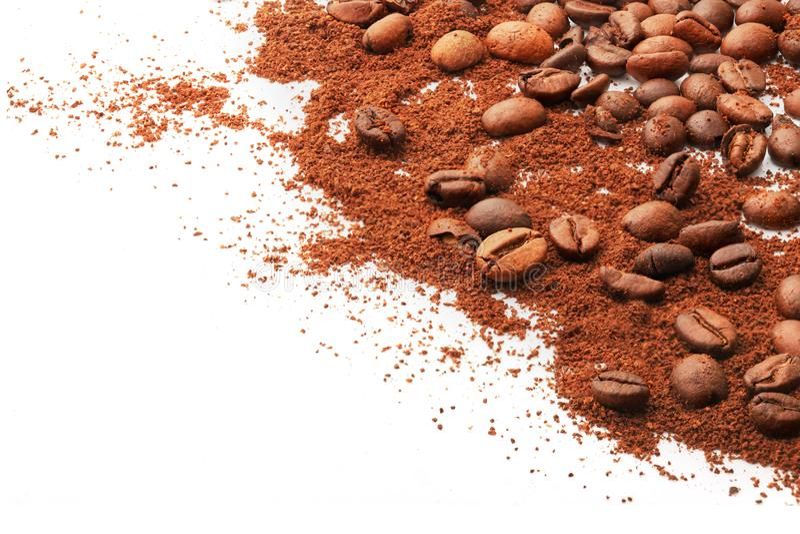 Gehele koffiebonen en grond op een witte achtergrond stock foto